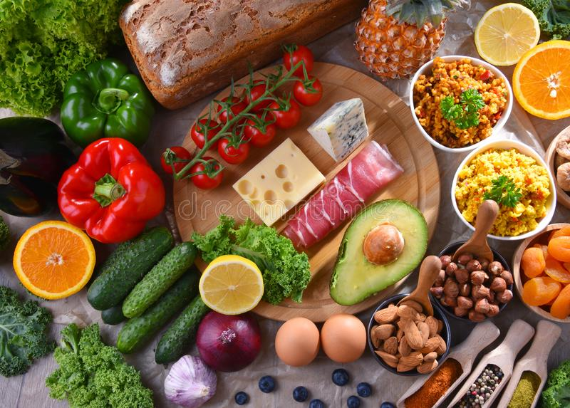 Asortowani artykuły żywnościowy na kuchennym stole fotografia royalty free