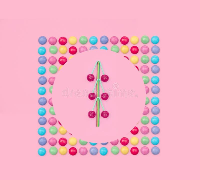 Asortowani barwioni cukierki na różowym tle obrazy royalty free