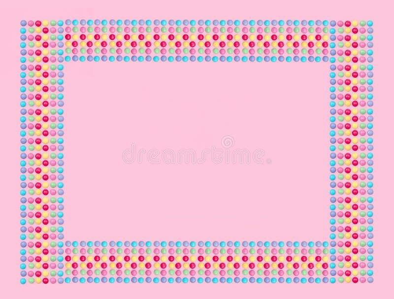 Asortowani barwioni cukierki na różowym tle zdjęcie royalty free