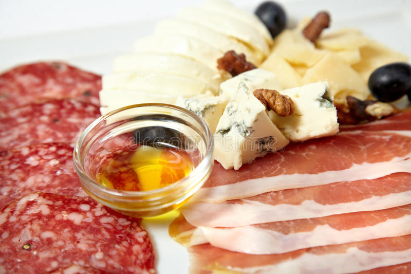 Asortowani delikatesów mięsa, ser i fotografia royalty free