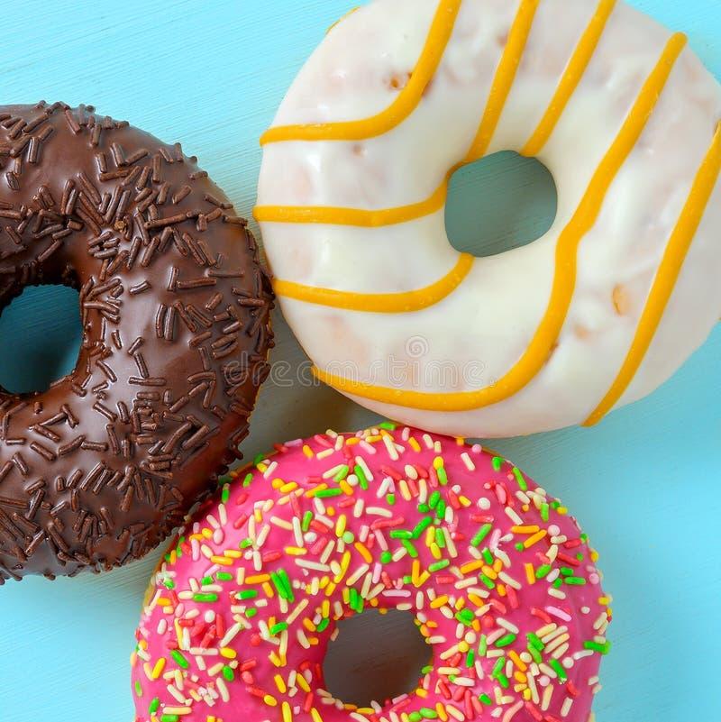 Asortowani donuts na błękicie obrazy stock