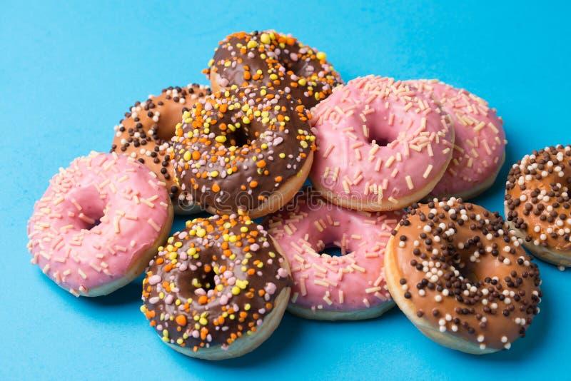 Asortowani donuts na błękitnym tle obrazy royalty free