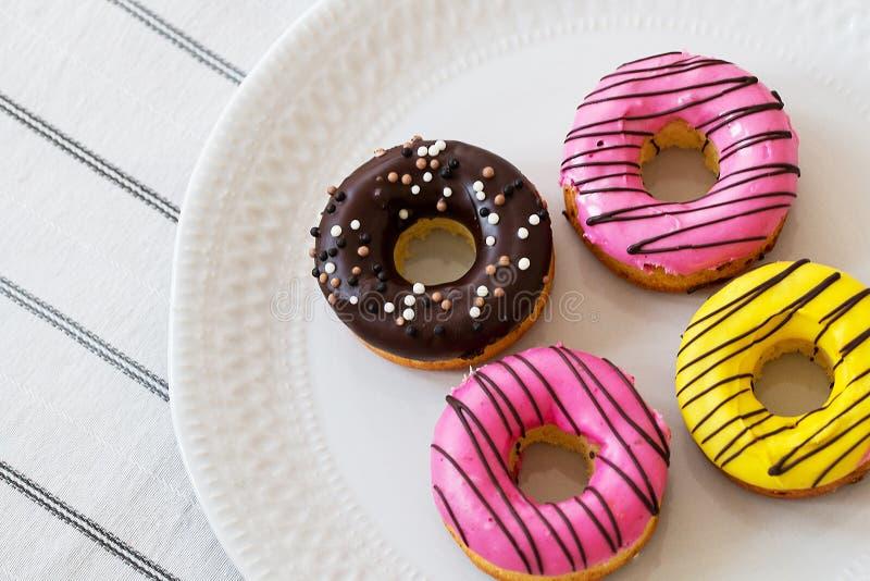 Asortowani donuts z czekoladą frosted, różowią oszklonego i kropią donuts zdjęcia royalty free