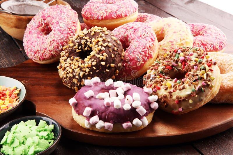 Asortowani donuts z czekoladą frosted, różowią oszklonego i kropią donuts obrazy stock
