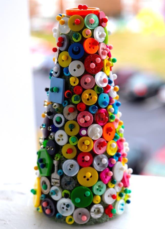 Asortowani guziki na Styrofoam drzewie fotografia stock