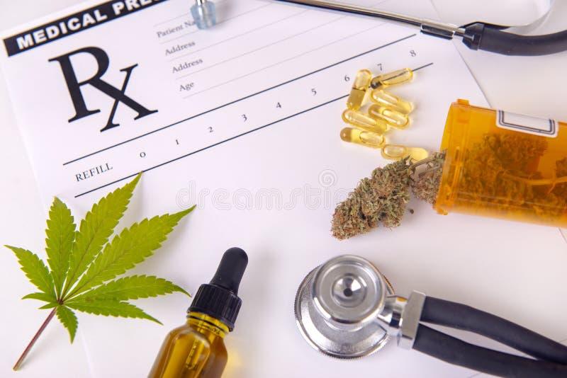 Asortowani marihuana produkty, pigułki i cbd, oliwią nad medycznym presc obrazy royalty free