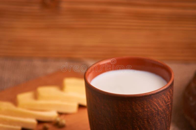 Asortowani nabia?y mleko, ser, jajka wie?niaka wci?? ?ycie na stole fotografia royalty free