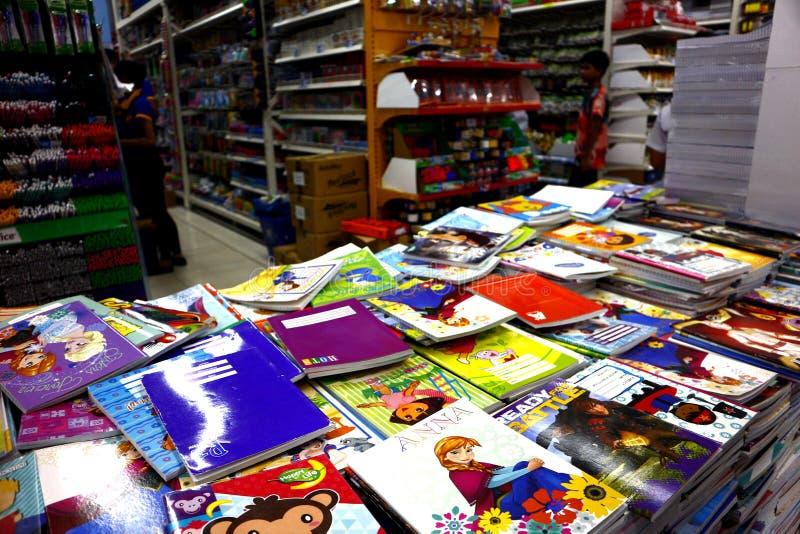 Asortowani notatniki i inne szkolne dostawy na pokazie przy bookstore obrazy stock