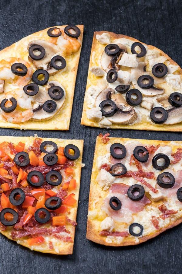 Asortowani pizza plasterki Margherita, pepperoni, cztery serowa pizza Odg?rny widok Różni typy pizza na textured starym obrazy royalty free