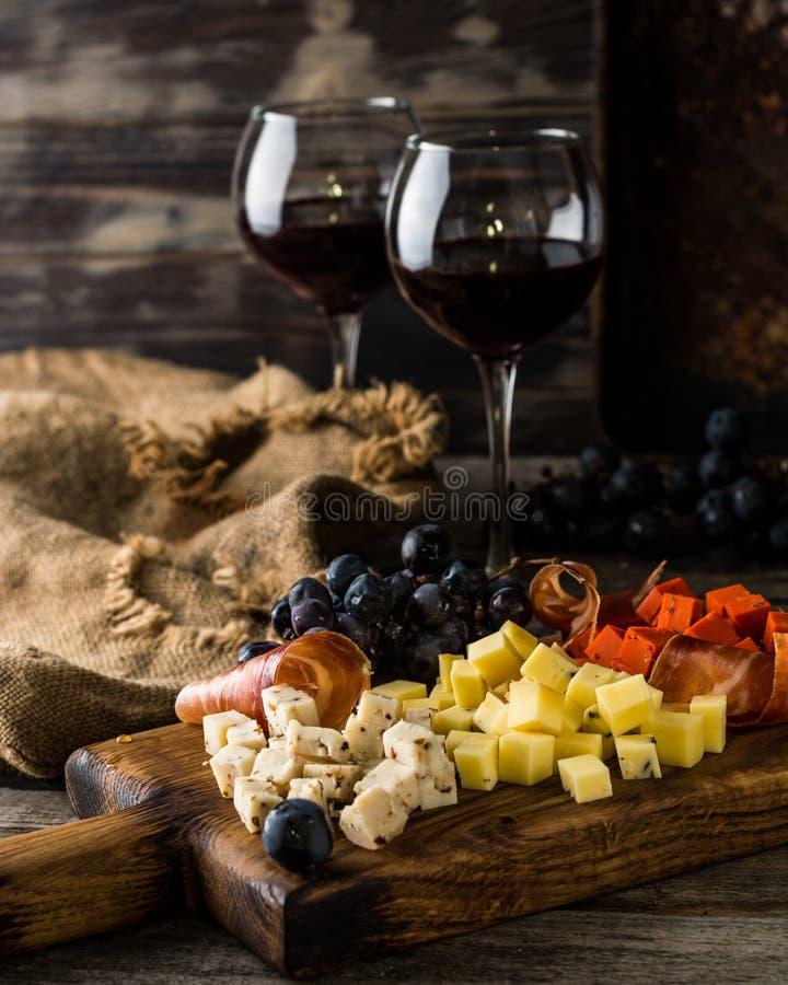 Asortowani sery na drewnianej deski talerzu Camembert ser, ser ucierająca barkentyna dąb, ciężkiego sera plasterki, orzechy włosc fotografia stock