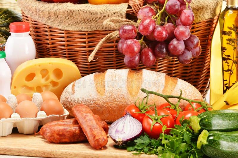 Asortowani sklepów spożywczych produkty wliczając warzywo owoc wina chleba fotografia royalty free