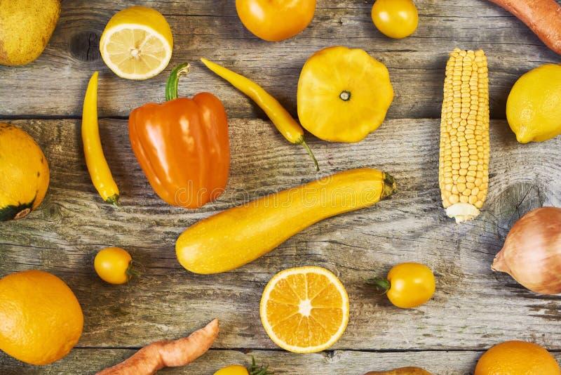 Asortowani typy żółci owoc i warzywo na drewnianym backgro obraz royalty free