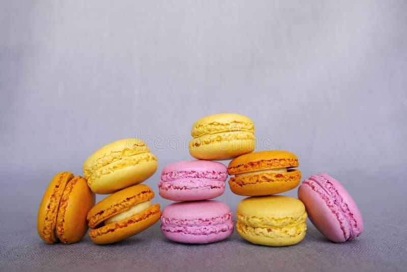 Asortowani wyśmienicie kolorowi francuscy macarons na szarym tle Różni fruity smaki Słodki jedzenie, ciasteczko obrazy royalty free