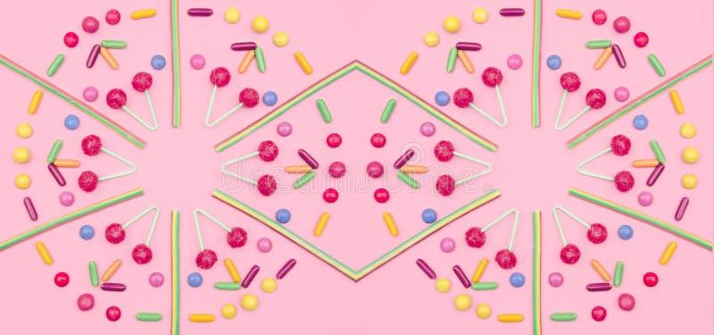 Asortowany barwiony cukierku wzór na różowym tle obraz royalty free