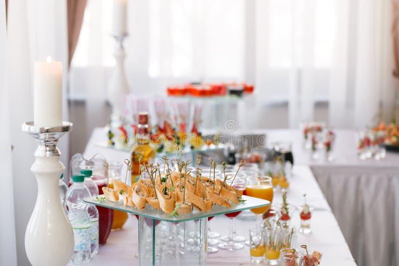 Asortowany canape z serem, mięsem, rolkami, tortilla i owocową sałatką, Jedzenie towarzyszyć napoje bufet przy obrazy royalty free