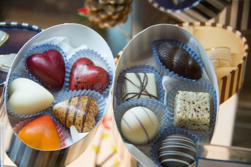 Asortowany czekolady praline w białym pudełku zdjęcie royalty free