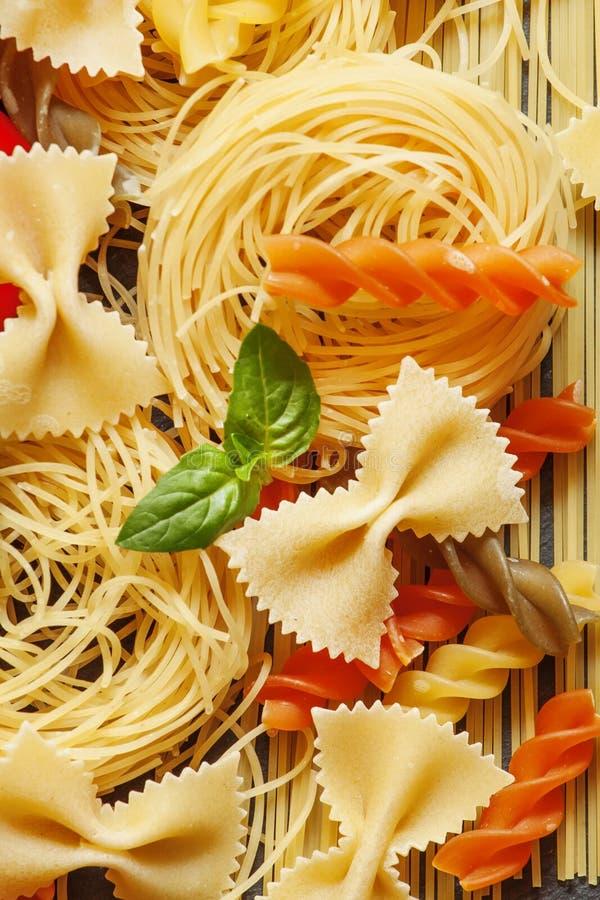 Asortowany makaron, selekcyjnej ostrości jedzenia życie wciąż obrazy royalty free