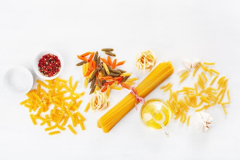 Asortowany surowy makaronu mieszkanie kłaść na bielu spaghetti fusilli penne ta obrazy royalty free
