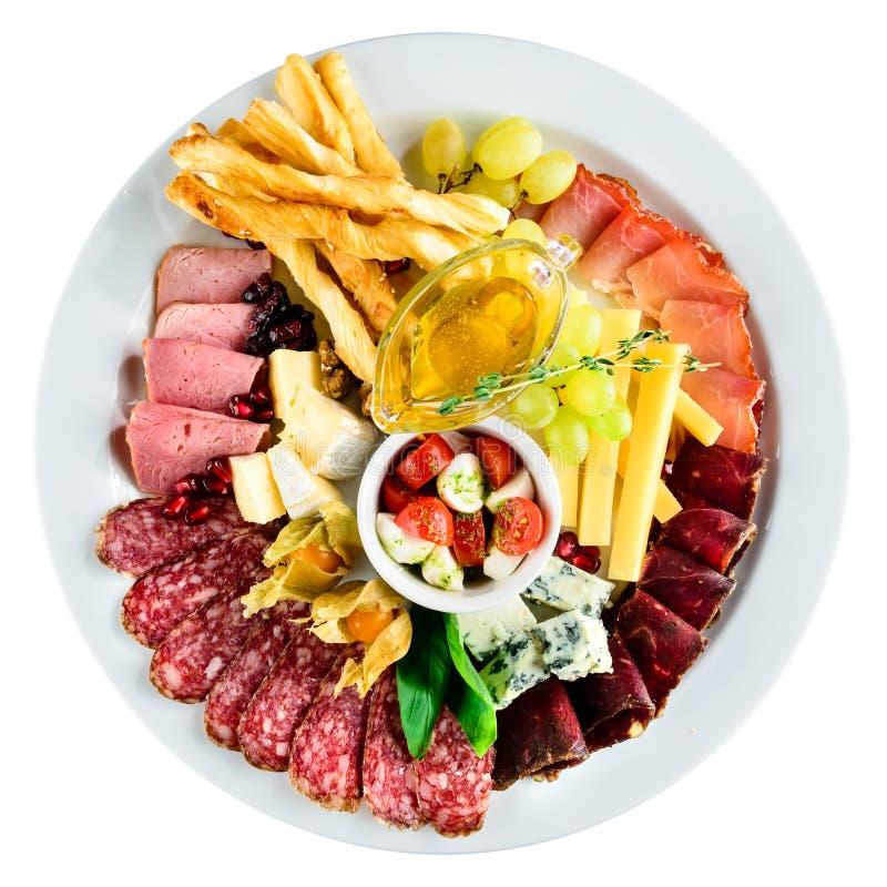 Asortowany talerz z mięsem, chleb, ser, winogrona, obraz royalty free
