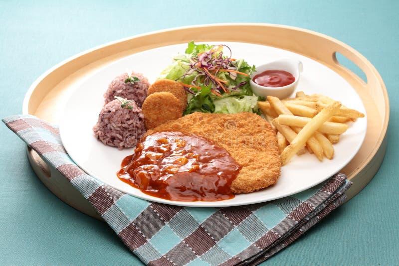 Asortowany wieprzowiny cutlet z cripsy grulą, ryż, sałatką i chili s, obraz royalty free
