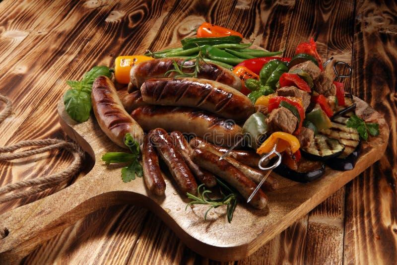 Asortowany wyśmienicie piec na grillu mięso z warzywem na grillu Piec na grillu wieprzowina shish lub kebab na skewers z warzywam fotografia stock