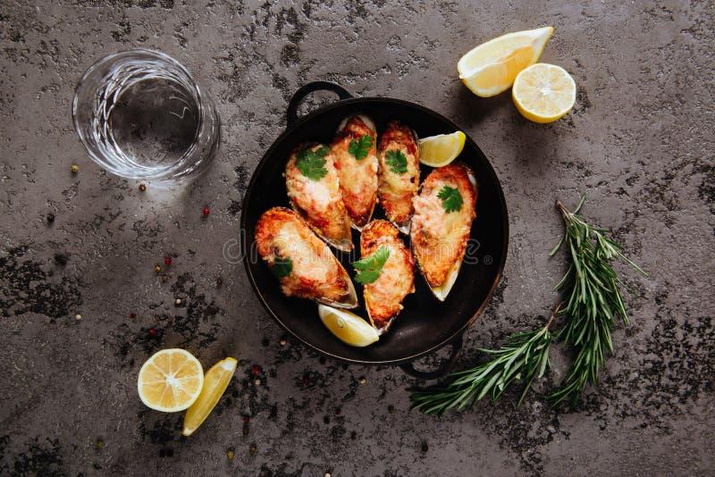 Asortowany wyśmienicie piec na grillu grilla mięso, owoce morza i obrazy stock
