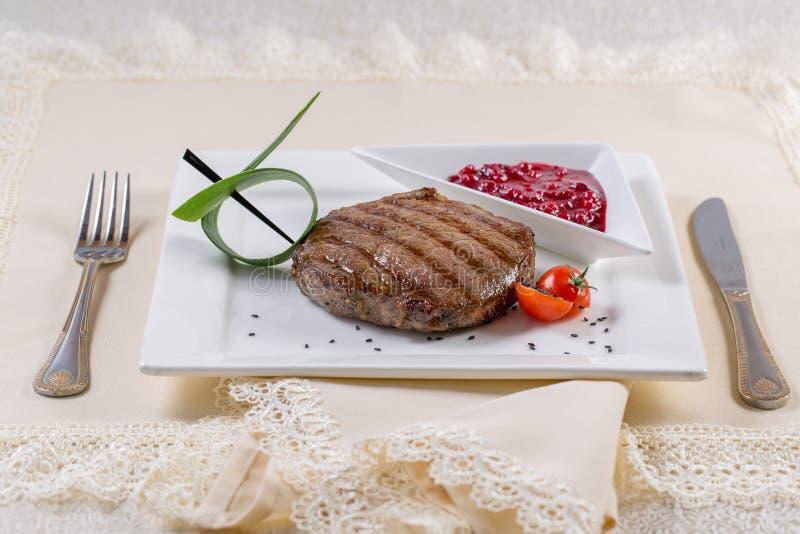 Asortowany wyśmienicie piec na grillu mięso z warzywem nad węglami dalej fotografia royalty free