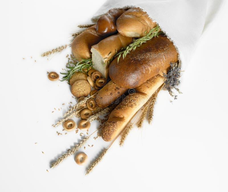 Asortyment świeży chleb na bielu obrazy royalty free