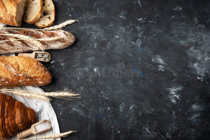 Asortyment świeży chleb, wypiekowi składniki Wciąż życie chwytający z góry, sztandaru układ chlebowy zdrowy domowej roboty zdjęcia royalty free