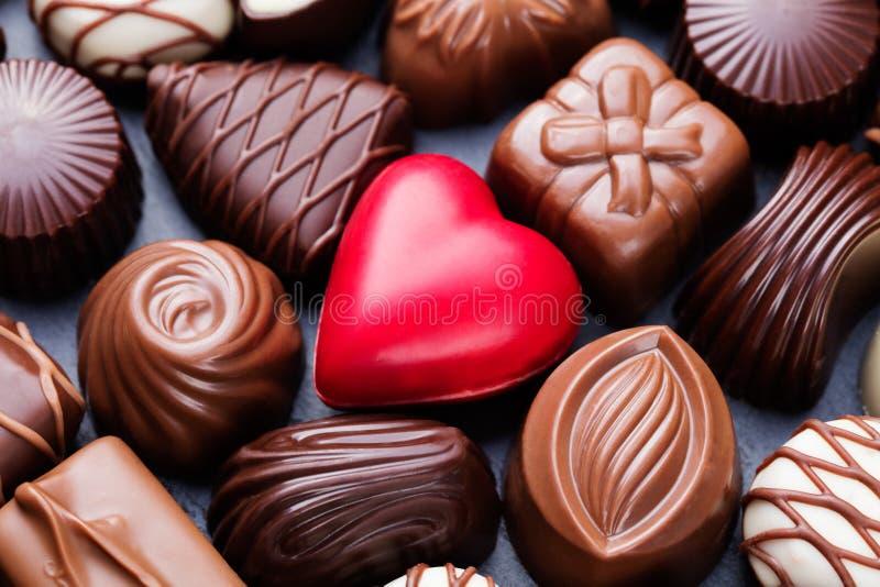 Asortyment świetni czekoladowi cukierki, biel, zmrok i dojnej czekolady cukierków tło, zdjęcia stock