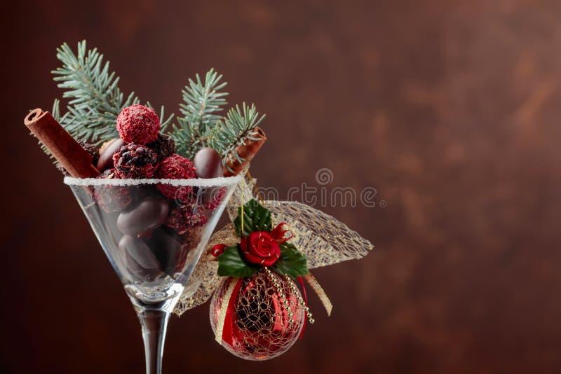 Asortyment świetni czekoladowi cukierki w czara obrazy royalty free