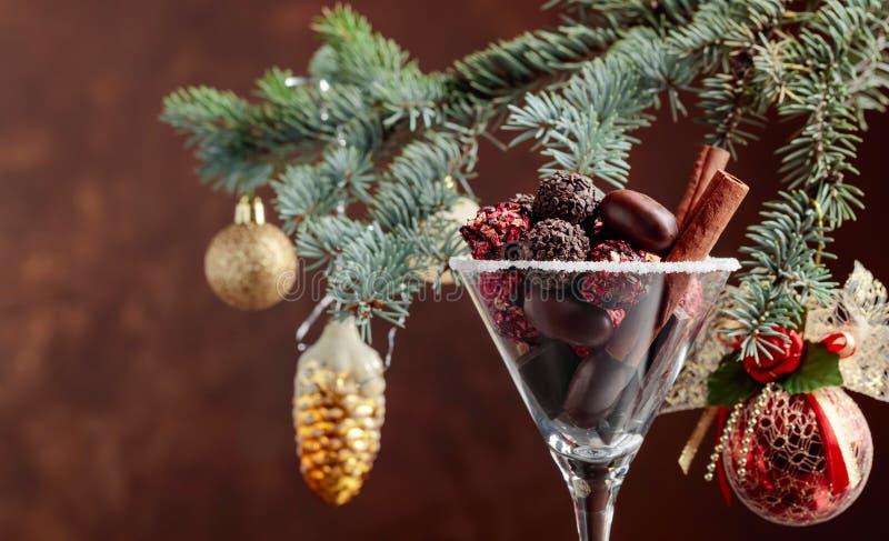 Asortyment świetni czekoladowi cukierki w czara obraz royalty free