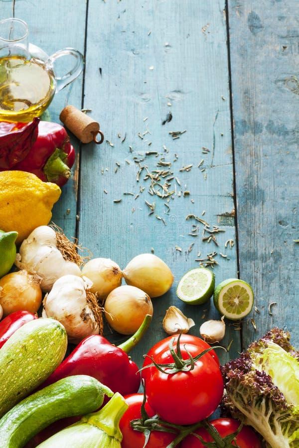 Asortyment świezi warzywa na drewnianym tle zdjęcia royalty free