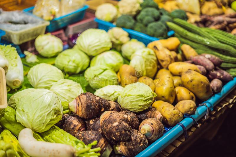 Asortyment świezi warzywa przy rynku kontuarem, warzywo sklep, średniorolny rynek Organicznie, zdrowa, jarska dieta, obraz stock