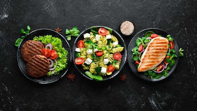 Asortyment żywności Kuchnia ludowa na czarnym drewnianym tle Widok z góry Wolne miejsce na tekst zdjęcia stock