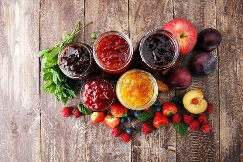 Asortyment dżemy, sezonowe jagody, śliwki, mennica i owoc, obrazy royalty free