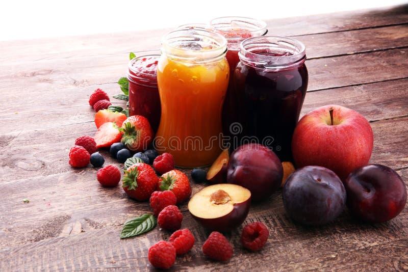Asortyment dżemy, sezonowe jagody, śliwki, mennica i owoc, zdjęcia royalty free