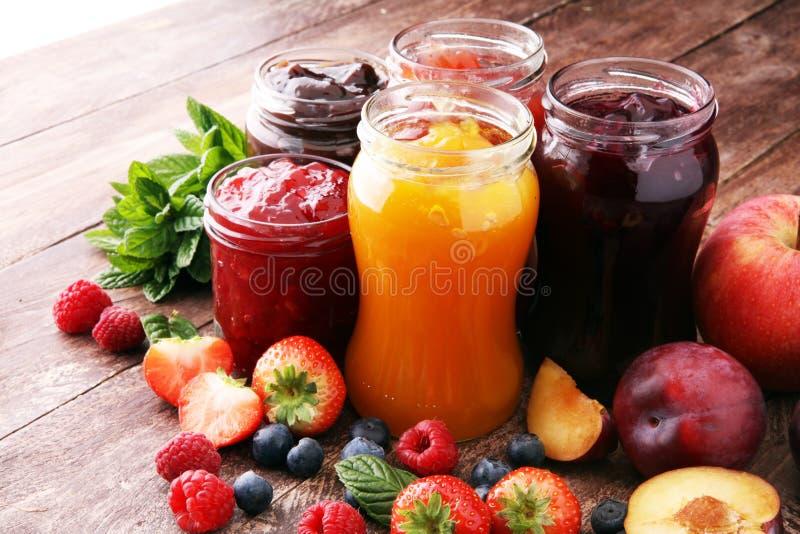 Asortyment dżemy, sezonowe jagody, śliwki, mennica i owoc, zdjęcie stock