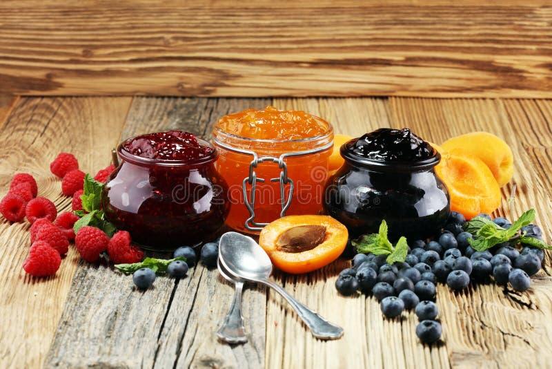 Asortyment dżemy, sezonowe jagody, morela, mennica i owoc, obrazy royalty free