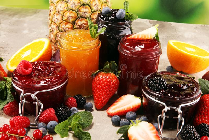Asortyment d?emy, sezonowe jagody, ?liwki, mennica i owoc w szklanym s?oju, obrazy royalty free