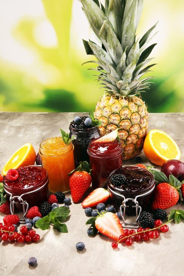 Asortyment d?emy, sezonowe jagody, ?liwki, mennica i owoc w szklanym s?oju, fotografia stock