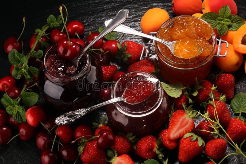 Asortyment d?emy, sezonowe jagody, morela, mennica i owoc, marmoladowy lub confiture fotografia stock