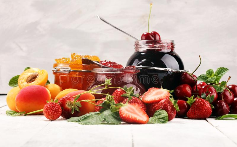 Asortyment d?emy, sezonowe jagody, morela, mennica i owoc, marmoladowy lub confiture zdjęcia royalty free