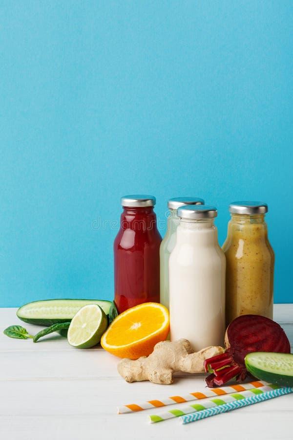 Asortyment detox smoothies w szklanych butelkach na ściennym tle obrazy stock