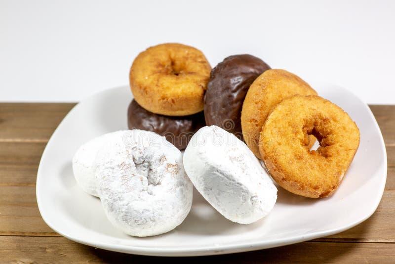 Asortyment donuts, prochowi donuts, czekoladowi donuts, prości donuts i stołowy czekanie jeść, fotografia stock