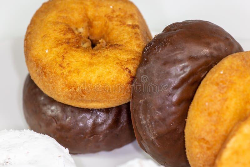 Asortyment donuts, prochowi donuts, czekoladowi donuts, prości donuts i stołowy czekanie jeść, zdjęcia royalty free