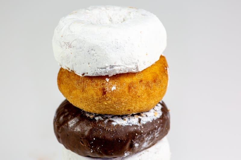 Asortyment donuts, prochowi donuts, czekoladowi donuts, prości donuts i stołowy czekanie jeść, zdjęcie royalty free