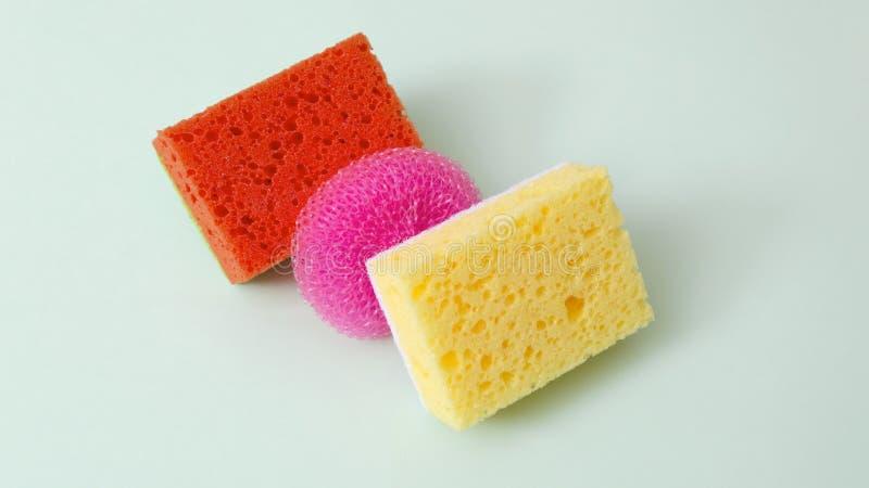 Asortyment jaskrawe czyści gąbki na zieleni powierzchni Pojęcie produkty dla domowy czyścić r??ni kolory zdjęcie royalty free