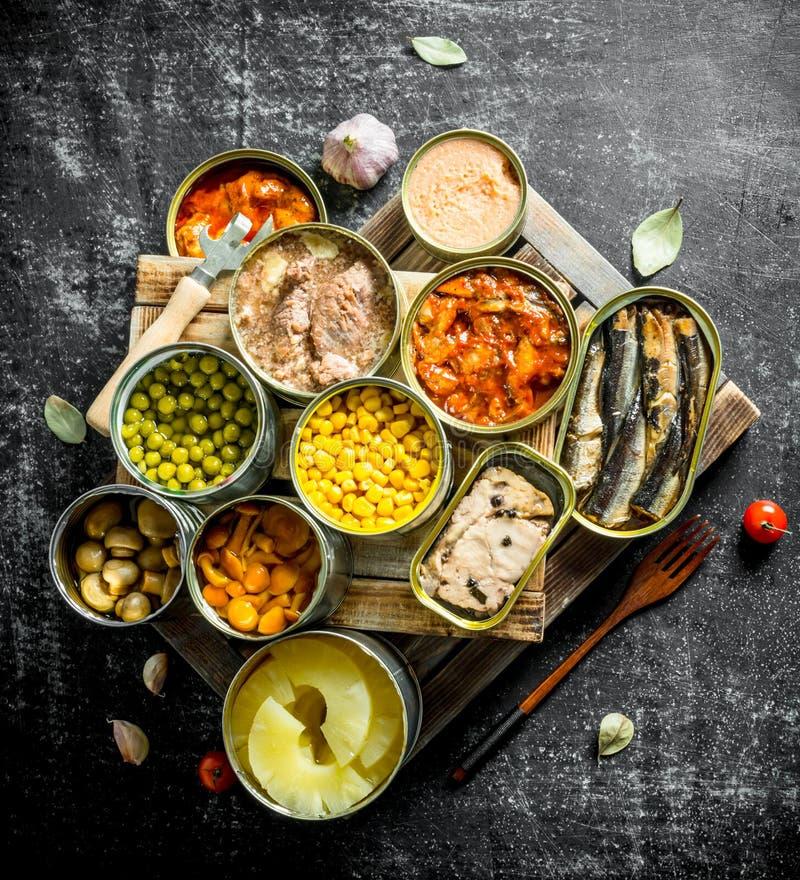 Asortyment konserwować jedzenie w puszkach obraz royalty free