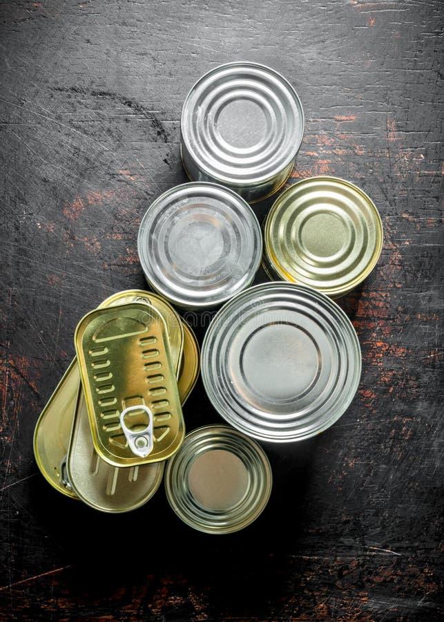 Asortyment konserwować jedzenie w różnorodnych puszkach zdjęcia stock